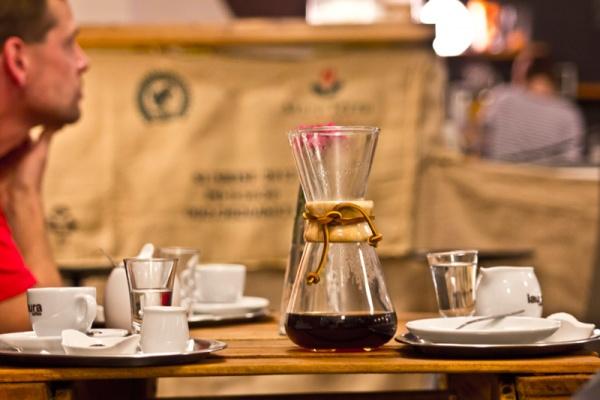 PRAXE - alternativní metody přípravy kávy a jejich servírování