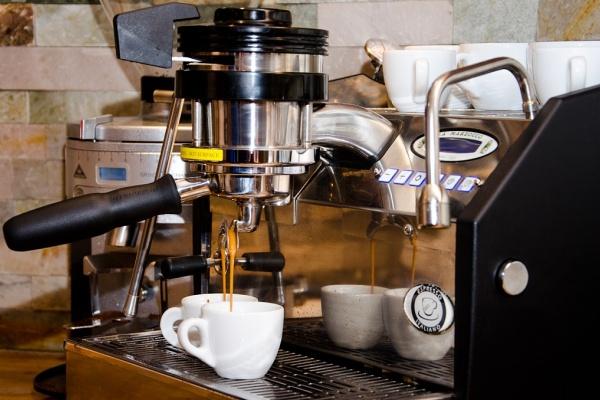 PRAXE - nápoje na bázi espressa, šlehání mléka, servírování